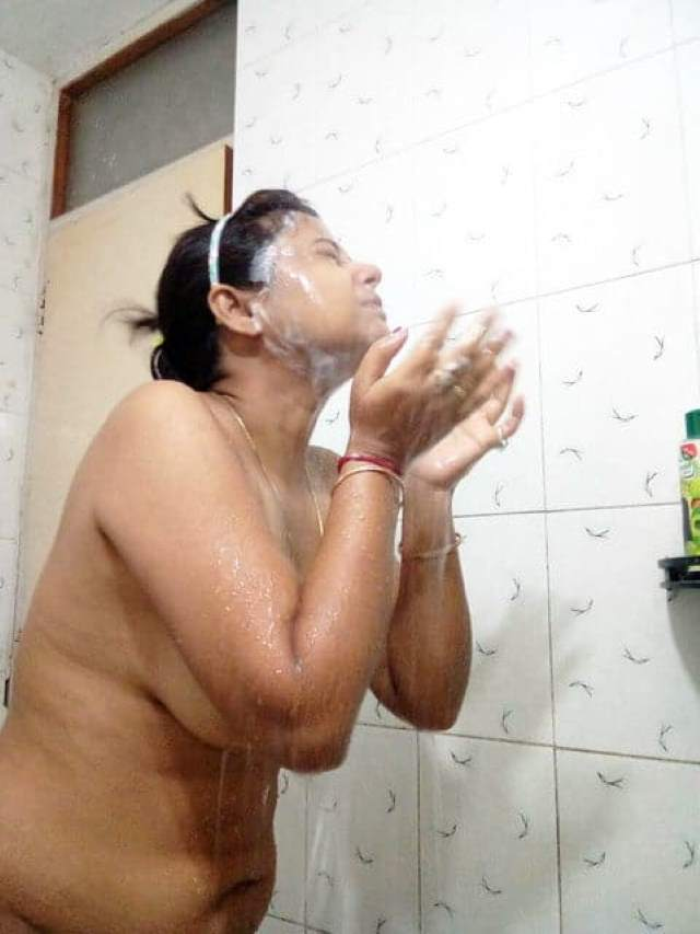 indian aunty lover playing with her tits