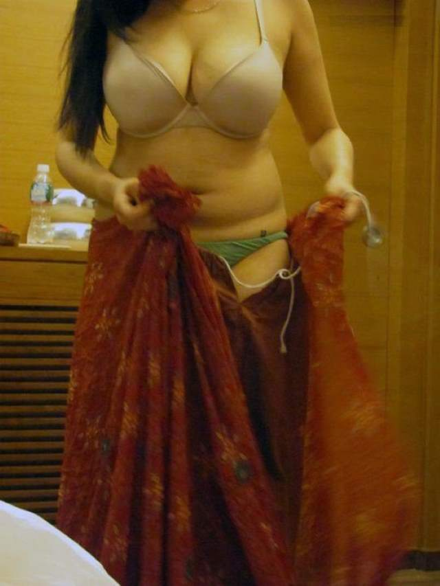 very hot pic in saree